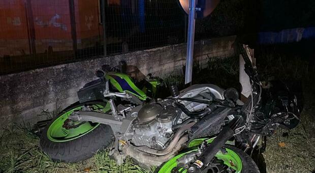 La moto distrutta dopo l'incidente