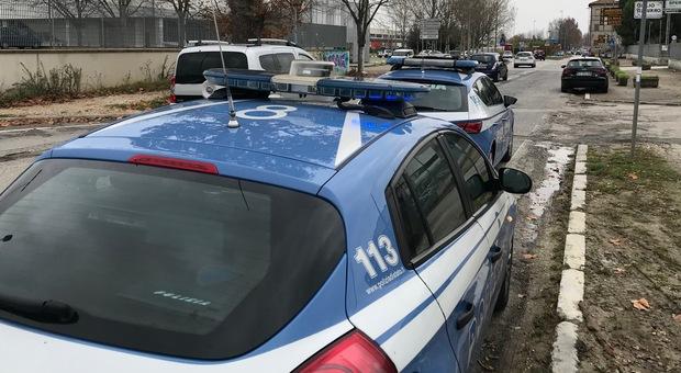 Non paga il conto al bar e prova ad aggredire i poliziotti: denunciato un senza fissa dimora