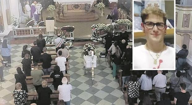 Lutto cittadino per lo straziante addio a Nicolas: «Dobbiamo aiutare i nostri giovani»