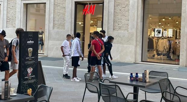 Blitz nei negozi, rapine e violenza. Centro blindato contro i bad boys. Identificati i capi delle bande giovanili