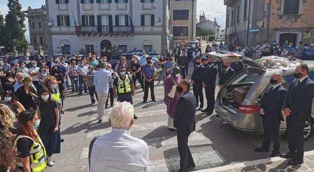 Ascoli, ex carabiniere freddato dai killer sulla ciclabile, folla al funerale in Abruzzo