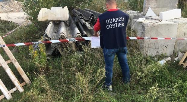 Pesaro, amianto e rifiuti pericolosi nelle discariche abusive: scattano sequestri e denunce