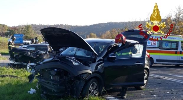 Scontro frontale tra due auto lungo la Statale: ferita una persona