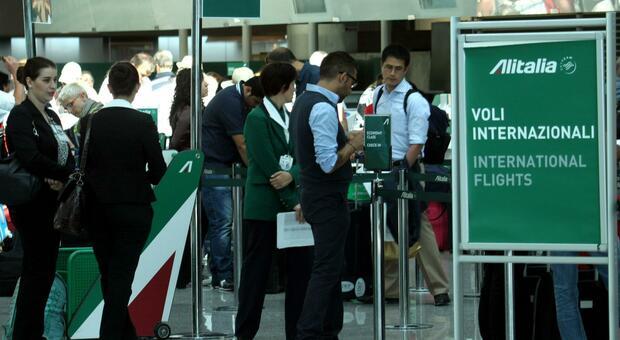 Doppio tampone e quarantena di 5 giorni per chi rientra dall'estero: «Anche da Paesi dell'Ue»
