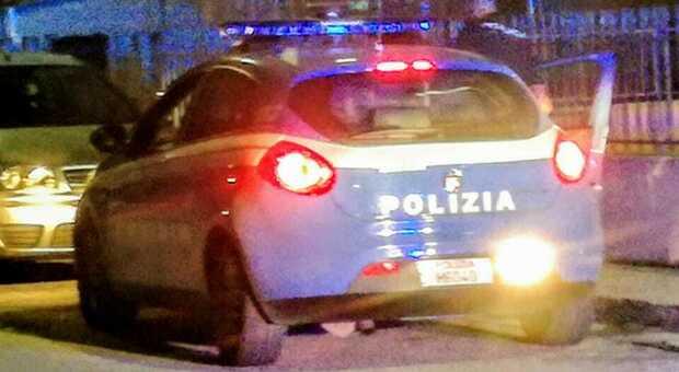 Scatta l'allarme del ristorante e si lancia all'inseguimento: la polizia vede i video, riconosce e prende i ladri