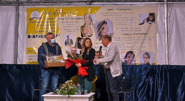 Greta Scarano premiata dal sindaco di Fabriano Gabriele Santarelli e Franco Montini direttore artistico del premio Castello di Precicchie