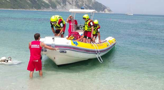 Colta da infarto un medico in vacanza le salva la vita: momenti di grande paura sulla spiaggia di San Michele