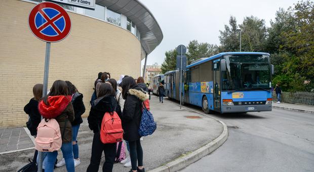 Studenti in attesa del bus