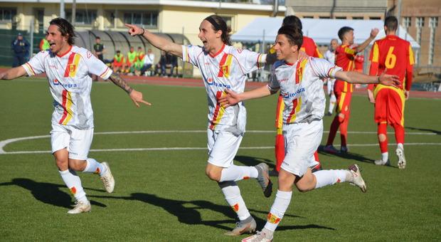 Titone, Senigagliesi e Liguori dopo un gol della Recanatese