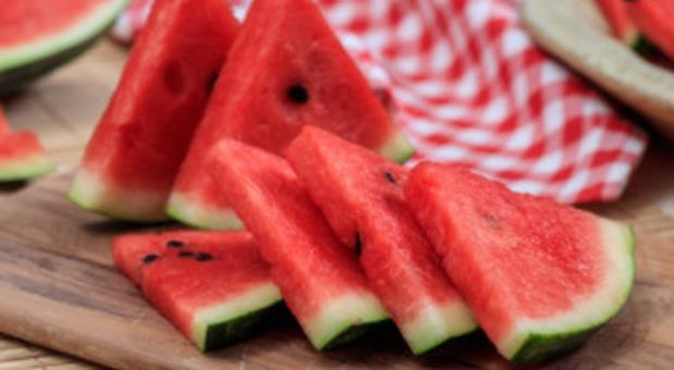 Dieta, una fetta di anguria per dimagrire: ha poche calorie e contrasta l'invecchiamento