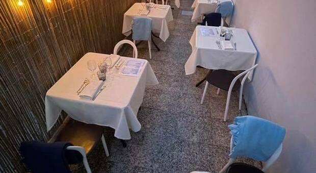 I tavoli al ristorante con le coperte per il freddo