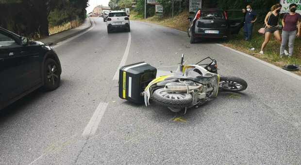 Osimo, l'auto invade l'altra corsia e travolge uno scooter: postino all'ospedale