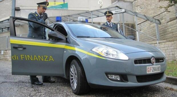 Oltre 100 transazioni per una spesa di 9 euro al distributore di benzina: furbetto del cashback nei guai