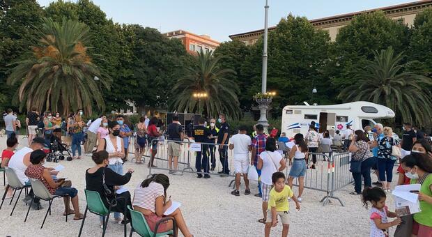 Il camper vaccinale in piazza Cavour