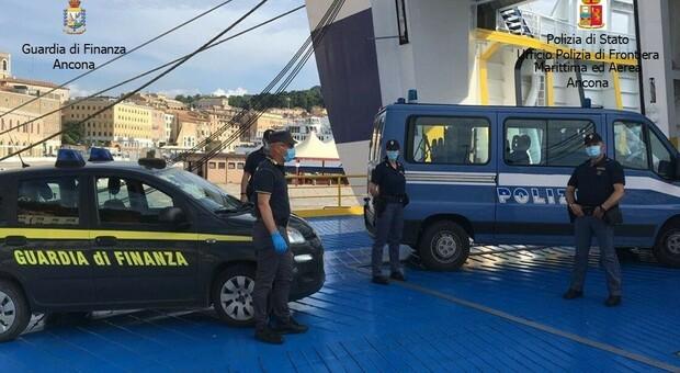 Cinque migranti trovati nascosti nel cassone di un camion: reimbarcati per tornare indietro