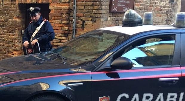 Urbino, rubano preziosa borsa di Gucci al bar: quattro nei guai, due sono minori