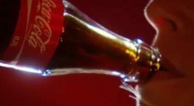 Beve una bottiglia di Coca Cola in dieci minuti, muore giovane di 22 anni (ma è giallo)