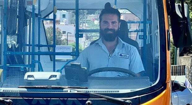 Capri: chi era Emanuele Melillo, l'autista del bus morto tra le lamiere. Lascia la compagna incinta