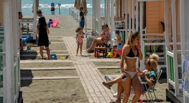 Spiagge, ombrelloni, lettini, distanze e mascherine: come andremo al mare? Resta il nodo discoteche