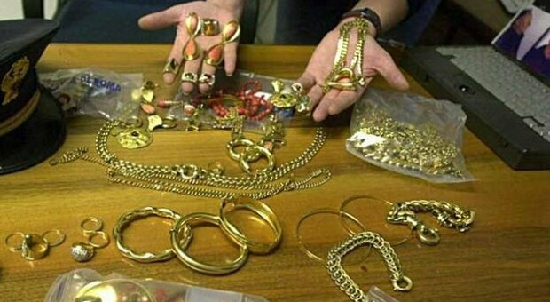 Pesaro, muore l'anziana che assisteva: la badante ruba tutti i gioielli e gli orologi per venderli al Compro oro