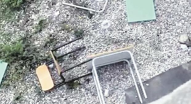 Pesaro, volano sedie e banchi dalla finestra: alunni devastano la classe e postano il video sui social