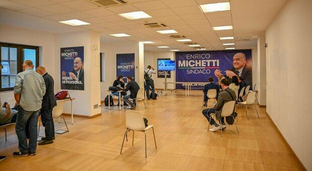 Roma, elezioni diretta: Michetti e Gualtieri verso ballottaggio. Calenda: «Deciderò su indicazioni di voto»