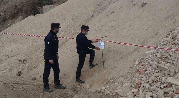 Arcevia, rifiuti nell'area tutelata in riva al fiume: capannone sequestrato e titolare denunciato, rischia una multa a quattro zeri