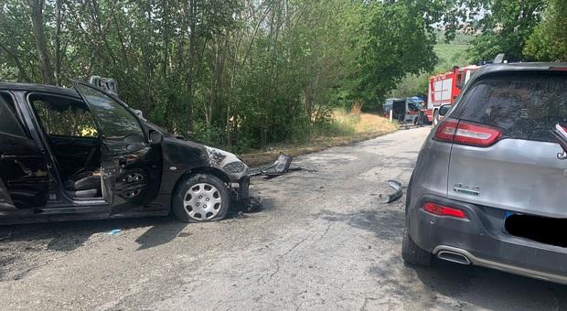 Frontale tra due auto, una prende fuoco: i conducenti reiscono a saltare fuori ma finiscono all'ospedale