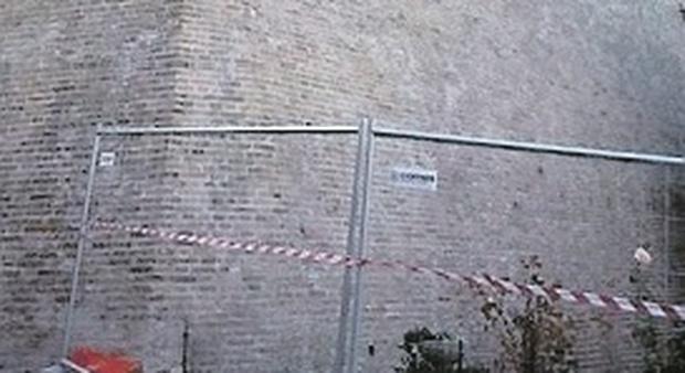 Le mura sotto stretta osservazione: due famiglie costrette ad abbandonare le case