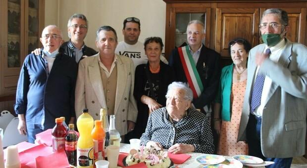 Lilia, un secolo di vita: con il parroco e il sindaco e utto il nucleo familiare una festa fra mille ricordi