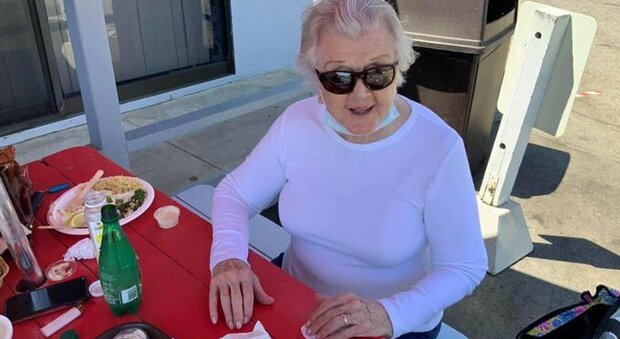 """Angela Lansbury, la """"Signora in giallo"""" a Malibù: e a 94 anni conquista i social"""