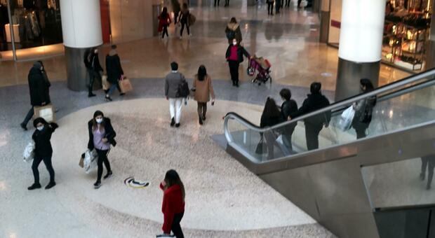 Covid, Imola: positivo viola isolamento fiduciario e va a rubare in un centro commerciale, denunciato