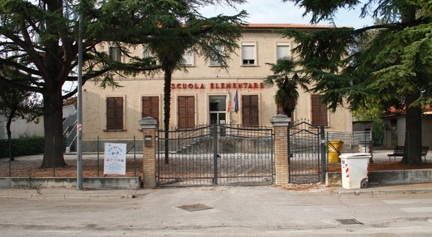 Il sindaco ha deciso: scuole aperte. Ma scoppia la polemica: «Tanti alunni a casa»