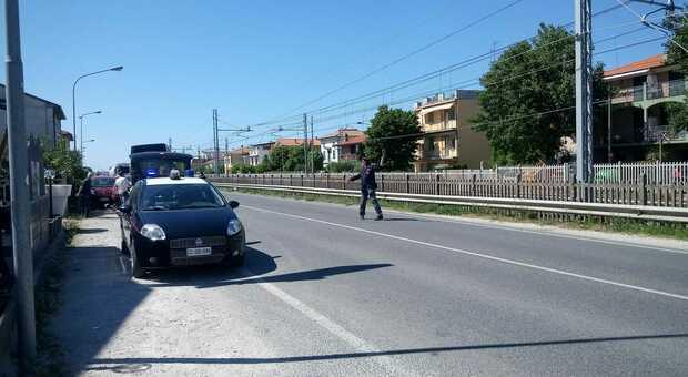 Medico in scooter si schianta contro un'auto mentre va al lavoro, arriva l'eliambulanza