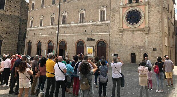 Turisti in piazza