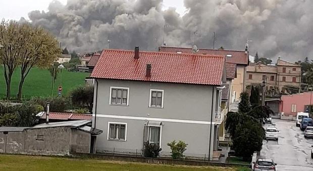 Fano, residenti preoccupati dopo l'incendio alla Profiliglass: «Dobbiamo sempre vigilare su sicurezza e inquinamento»