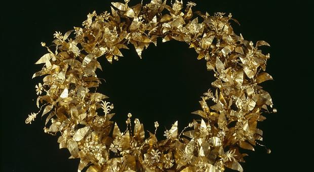 Una corona d oro, parte del corredo funerario di una dama trovato nel sito archeologico di Montefortino