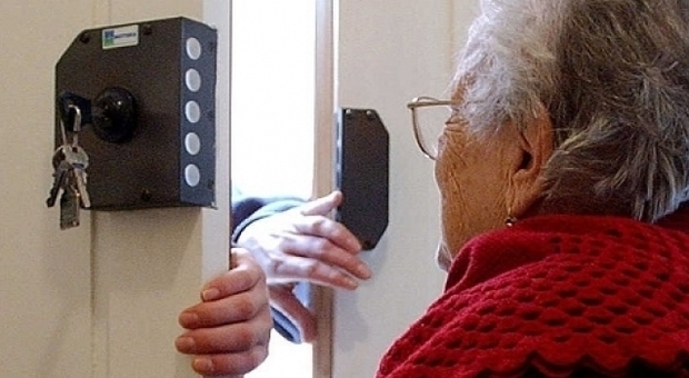 Una anziana raggirata da truffatori senza scrupoli