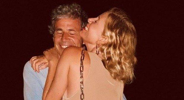 Alessia Marcuzzi e la foto con il marito Paolo. I fan: «Non ne hai mai messa una, ora una dietro l'altra». Lei risponde così