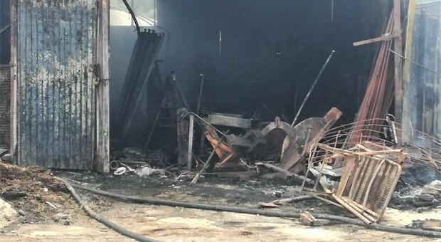 Porto sant'Elpidio, l'incendio distrugge il capanno agricolo: strage di polli e conigli, il proprietario si sente male