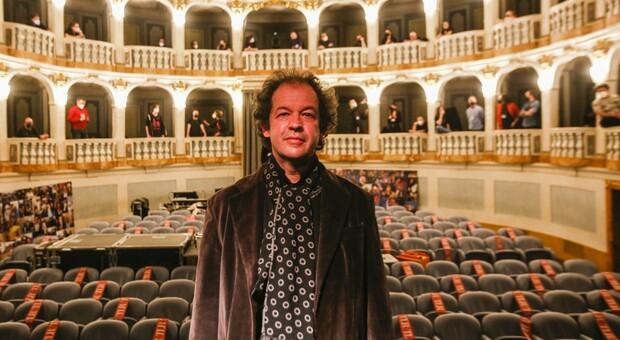 Il direttore artistico Ezio Nannipieri nel Teatro Lauro Rossi di Macerata