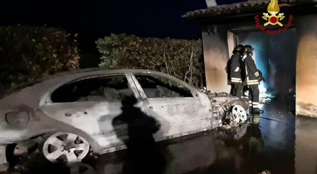 Paura nella notte, l'auto parcheggiata nel garage distrutta da un incendio