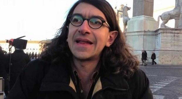 Gabriele Paolini fa un comizio e resta in mutande: poi si ...