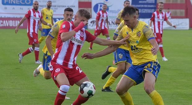 Un contrasto durante Vis Pesaro-Fermana finita 2-0