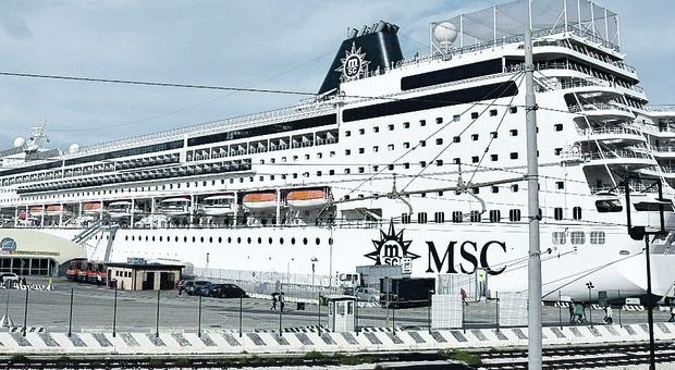 Una nave da crociera al porto di Ancona