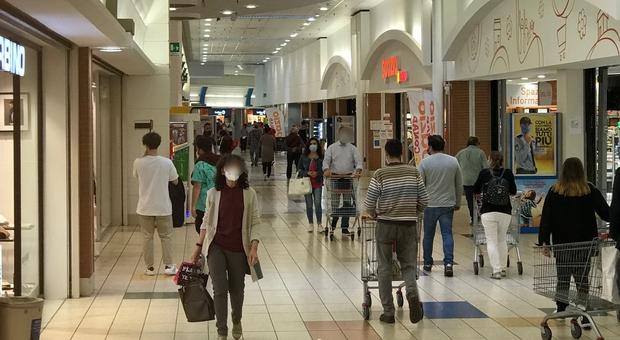 Negozi aperti anche nel weekend al centro commerciale Conero