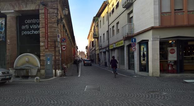 Pesaro, distributori automatici danneggiati e negozio derubato: la via ostaggio dei balordi