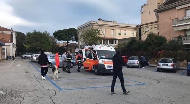 Porto Recanati, travolti da un'auto mentre vanno a scuola: due studenti 18enni finiscono all'ospedale