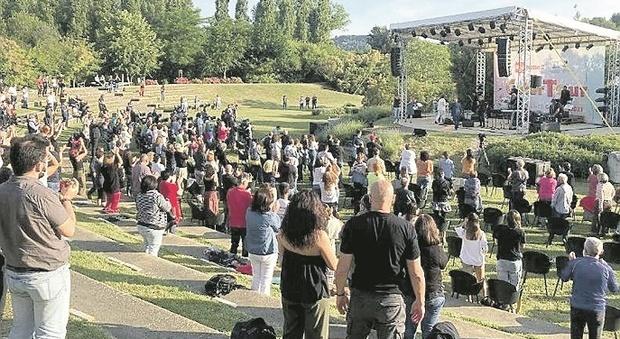 Pesaro, CaterTour: in 300 al parco per il concerto all'alba e oggi in bicicletta in Baia per Zaki