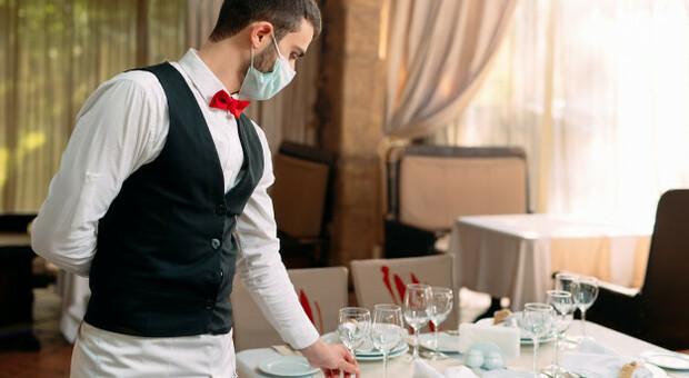 Un cameriera con la mascherina. Foto generica tratta dal Web